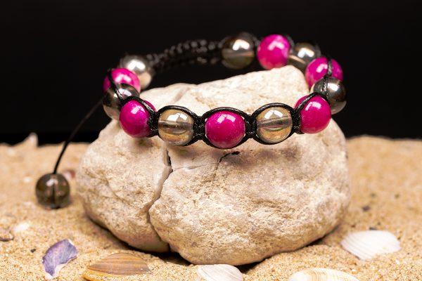 Гривната е изцяло ръчна изработка,изработена от естествени камъни от серпентин и планински кристал